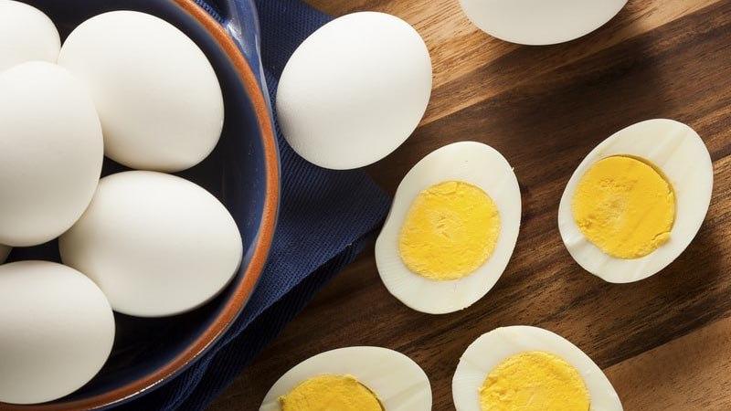 Вареные яйца в рационе кошек - как часто давать?